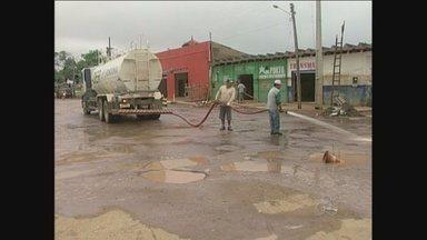 Locais atingidos pela cheia em Guajará-Mirim, RO, começam a ser recuperados - No Porto Oficial, as equipes do Departamento de Estradas de Rodagens e da Secretaria Municipal de Obras e Serviços Públicos já estão trabalhando.
