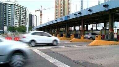 Governo do ES é cobrado sobre serviços de manutenção da Terceira Ponte - Suspensão do pedágio foi determinada por Casagrande no dia 22 de abril.Motoristas têm reclamado da demora no atendimento.