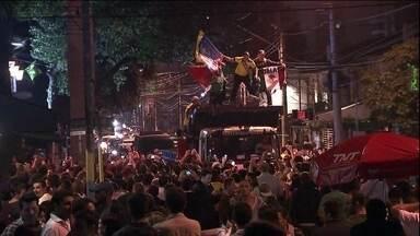 Vila Madalena, em SP, recebe turistas na véspera da Copa do Mundo - Ruas e bares ficaram cheios na noite de quarta-feira (11), juntando pessoas de todas as partes do mundo.