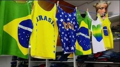 Cresce a procura por artigos de decoração para a Copa do Mundo - As lojas do comércio popular já estavam pintadas de verde e amarelo antes da Copa, mas, agora que o Brasil estreou com vitória, os lojistas estão caprichando mais. As cores da bandeira estão em todas as vitrines.