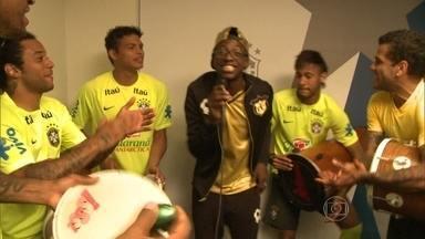 Mumu se diverte em dia com jogadores do Brasil na Granja Comary - Neymar, Marcelo, Dani Alves, Thiago Silva e muito mais caem no samba 'Tá Escrito'