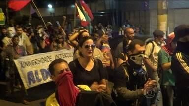 Protesto contra a Copa e a Fifa reúne 300 pessoas na Tijuca - O grupo saiu da praça Saens Pena em direção ao Maracanã. O Batalhão de Choque montou uma barreira e usou bombas de efeito moral e de gás. Um pessoa ficou ferida.