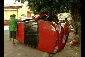 Em Belém, acidentes de trânsito marcam o final de semana - Um carro capotou após ser atingido por outro veículo num cruzamento. Um dos condutores teria avançado a preferencial. Motoristas e moradores da área reclamam de falta de sinalização.