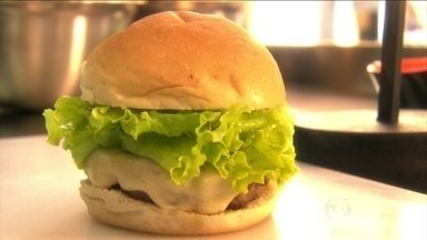 Conheça a receita do tradicional hambúrguer americano - O ingrediente principal é a carne moída. E tudo começa com a preparação dela. O tempero deve penetrar bastante na carne, e o sal só é adicionado durante a fritura.