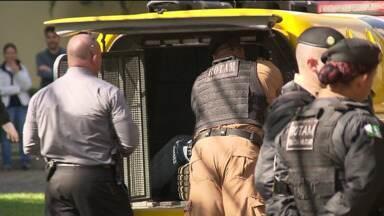 Perseguição termina com assaltante morto em Curitiba - Eles roubaram um carro e entraram em uma rua que estava bloqueada por causa do jogo em Curitiba.