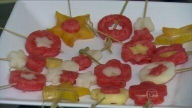 Aprenda receitas de petiscos saudáveis para as férias das crianças - Chip de maçãs, palitinhos de cenoura, pepino, salsão e espetinhos de frutas são algumas das opções para cuidar da alimentação das crianças durante o período das férias.