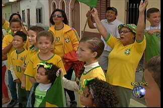 Torcedores de Mogi das Cruzes estão ansiosos para o jogo desta segunda-feira (23) - Na Vila Industrial, as ruas estão enfeitadas e os moradores ficam na torcida pela vitória da seleção brasileira que enfrenta Camarões.