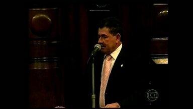 Deputado Paulo Melo quebra o pé quando tentava se proteger de tiroteio - A polícia procura os suspeitos de tentar invadir a fazenda do deputado Paulo Melo, presidente da Assembleia Legislativa. Durante a ação houve troca de tiros.