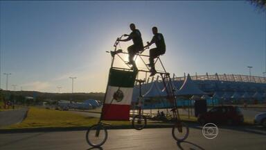 Brasileiro usa bicicleta gigante para vir do México acompanhar a Copa - Seu Elias viaja acompanhado do filho.