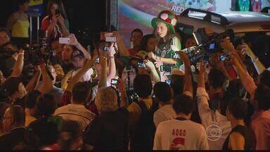 Mexicanos apostam na serenata para declarar apoio à seleção - Nas ruas do Recife, eles fazem muito barulho e torcem com muita alegria.
