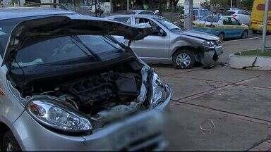 Problema em semáforos causa acidente no centro de Campo Grande - O rompimento parcial do cabo que transmite as informações para o semáforos pode ter causado o transtorno