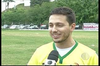 Jogador do União Mogi faz jogo comemorativo para se aposentar com preseça ilustre - Roger Vilamar, de 25 anos, se aposentou do futebol com o objetivo de poder ficar com sua família