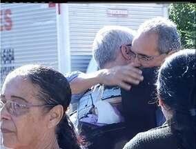 Vítimas de acidente na RJ-106 são enterradas na tarde desta segunda - Três corpos serão enterrados em São Pedro e um em São Gonçalo.Carro bateu em um poste na madrugada de sábado para domingo.