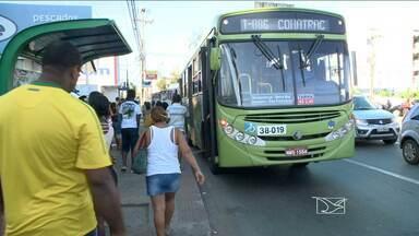 Torcida querendo chegar em casa para assistir aos jogos da Copa e cadê o ônibus? - Um problema para quem depende do transporte público.
