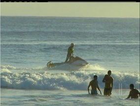 Buscas por turista americano sumido no mar entram no 3º dia em Arraial, RJ - Richard Fu, de 20 anos, sumiu depois de mergulhar na Praia Grande.Por causa da correnteza, corpo pode estar indo em direção ao alto mar.
