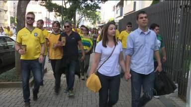 Dia de jogo do Brasil é dia de correria. Do trabalho direto para casa - Mas quem foi à Arena da Baixada emendou um jogo no outro.