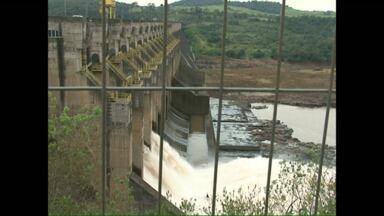 Diretores da copel avaliam os estragos provocados pela usina de Salto Caxias - As comportas foram abertas há uma semana. O prejuízo chega a quinze milhões de reais.