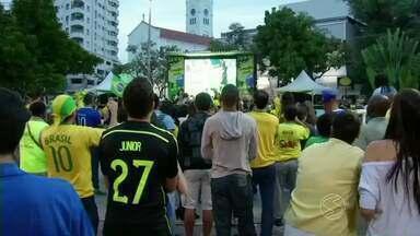 Goleada do Brasil empolga moradores de Três Rios, RJ - Um telão na Praça São Sebastião transmitiu o sinal da TV Rio Sul; torcedores se emocionaram com o hino nacional e festejaram os quatro gols da Seleção.