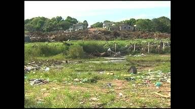 Entulho é jogado no lixão do Santo André - Situação fica cada vez pior.