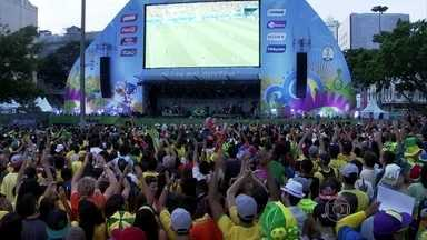Torcedores brasileiros param para assitir partida da seleção - Por todo o Brasil, olhares numa só direção. De norte a sul, também uma só voz. Em São Paulo, tinha craque no meio da multidão. Na praia de Copacabana, uma seleção de camisas 10. E nenhum camaronês à vista.