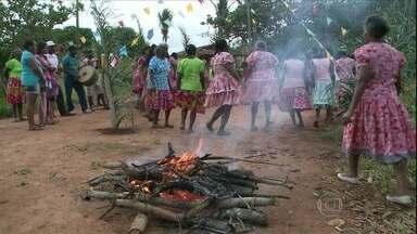 Comunidade quilombola de Alagoa Grande (PB) comemora o Dia de São João - Dia do santo foi comemorado de maneira tradicional pela comunidade quilombola. Diante da fogueira, teve música, dança e comidas típicas.
