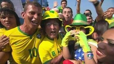 Torcedores fazem a festa no Fifa Fan Fest - Torcedores estão esperando com festa o começo do jogo entre Brasil e Chile pelas oitavas de final da Copa do Mundo. Fantasias originais são o figurino mais comum.