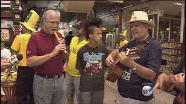 Chilenos cantam antes de jogo contra o Brasil em bar de Ribeirão - Grupo Huayra cantou antes da partida começar, mas não arriscou palpite.