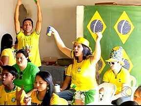 Famílias de brasileiros e chilenos se reúnem para assistir à Copa em Uberlândia - Torcedores vibraram com partida difícil.Jogo terminou empatado e foi decidido nos pênaltis.