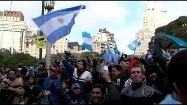 Confira como foi a comemoração dos argentinos em Buenos Aires - O ponto de encontro para quem não conseguiu ver a Copa de perto foi na Praça San Martín, no centro de Buenos Aires. Quase 30 mil torcedores encararam a tarde gelada e se juntaram diante de um telão gigante. Mal sabiam que o jogo seria quente.
