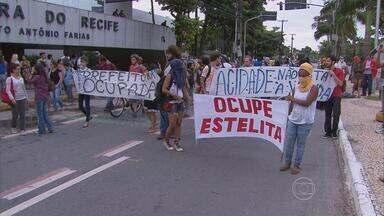 Integrantes do movimento Ocupe Estelita deixam o prédio da Prefeitura - Uma reunião foi marcada para esta quarta-feira à tarde com o prefeito.