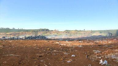 Mau cheiro em lixão incomoda moradores em Campo do Meio, no Sul de Minas Gerais - A prefeitura da cidade garantiu que até agosto o local será desativado.