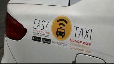 Taxis em Maceió ganham bibliotecas móveis em parceria com editora - Projeto Blibiotaxi permite que os passageiros levem um livro para casa.