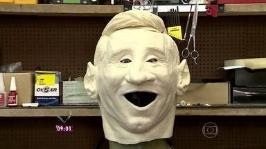 Ana Maria conta como projeto para boneco de Messi foi desenvolvido - O primeiro passo foi fazer uma escultura da cabeça com o tamanho adaptado à cabeça do ator que faz o personagem