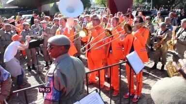 Banda holandesa tira acordes de 'Aquarela do Brasil' no ouvido - Grupo se mistura à banda de música da brigada militar e ambas tocam juntas em Porto Alegre, na entrada do estádio