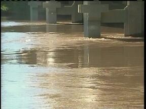 Corpo de Bombeiros continua a procura de dois homens que afundaram no rio Canoas - Corpo de Bombeiros continua a procura de dois homens que afundaram no rio Canoas