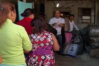 Moradores do Jardim Aeroporto III em Mogi das Cruzes recebem doações de agasalhos - Os moradores carentes do bairro receberam cobertores e agasalhos doados para a campanha do agasalho promovido pelo Fundo Social de Solidariedade.