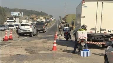 Engavetamento com oito carros e dois caminhões interdita a Dutra - Motorista de caminhão teria sido o responsável pelo acidente. De acordo com a Polícia Rodoviária Federal, ninguém ficou ferido.