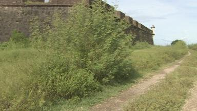 O entorno da Fortaleza de São José não recebe serviço de capina - Outro local que também vem preocupando os visitantes é a Fortaleza de São José de Macapá. O entorno do forte está tomado pelo mato, tornando a área perigosa e o cenário com aspecto de abandono.