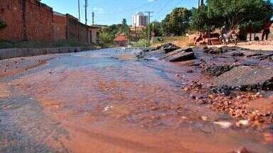 Vazamento de água é alvo de reclamação de moradores em Cuiabá - Vários vazamentos de água viraram alvo de reclamação de moradores em Cuiabá.