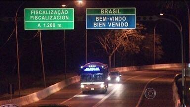 Argentinos agridem motorista de ônibus em viagem para o Brasil - Um torcedor argentino foi preso e outros nove foram impedidos de entrar no Brasil. Eles agrediram o motorista do ônibus na viagem para cá. Eles impediram o curso da viagem porque queriam assistir ao jogo de Argentina contra Suíça.