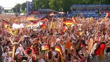 Torcedores em Berlim comemoram vitória da Alemanha contra França - Pelo telão de 60 metros quadrados, os torcedores de rua de Berlim acompanharam o clássico europeu de rivalidade histórica. A Alemanha e a França se enfrentaram pela primeira vez em 1931, num jogo amistoso.