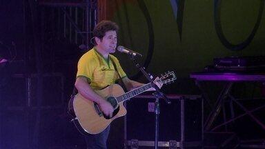 Daniel levanta o público na Fan Fest - O ídolo sertanejo arrastou 11 mil pessoas para o Taguaparque. Ele garantiu o clima de romantismo com sucessos de seus 30 anos de carreira.