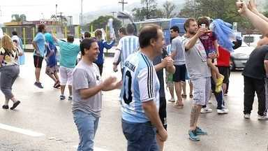 Setenta mil argentinos devem invadir o Rio para a final da Copa - Torcedores argentinos chegam à cidade carregados de alegria e otimismo para acompanhar a partida que pode dar o título de campeões de futebol. Muitos estão acampados no Terreirão do Samba e no Sambódromo.