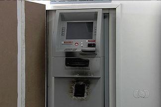 Criminosos simulam obra para violar caixa eletrônico dentro de banco em Goiânia - De acordo com a direção do banco, os suspeitos levaram cerca de R$ 15 mil.