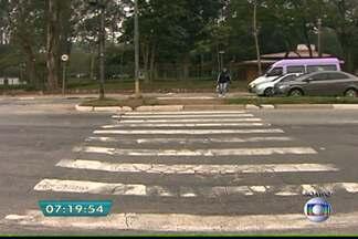 Falta de semáforos colocam em risco alunos de escola na Zona Leste da capital - Na Escola Estadual Cidade de Hiroshima, que fica ao lado do Parque do Carmo, na Zona Leste da capital, não tem semáforo para os pedestres. Os alunos se arriscam para atravessar a rua. A CET disse que irá verificar o problema.
