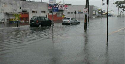 Alagamento causa transtorno na Avenida Rui Carneiro, em João Pessoa - Com a chuva do domingo (13), os motoristas e pedestres tiveram dificuldade em transitar pela avenida.