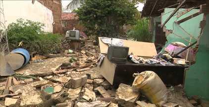 Chuva forte deixa famílias desabrigadas em Campina Grande - No bairro do Catolé, a casa de um homem desmoronou. No Distrito dos Mecânicos, moradores ficaram desabrigados e tiveram que ser realojados em um abrigo.