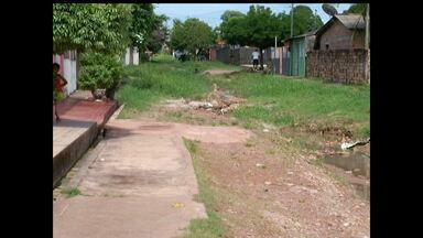 Rua no Bairro Santana é dada como asfaltada mas é tomada por mato e buracos - Moradores estão incomodados com a situação da rua Dom Pedro I.