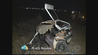Acidente entre carreta e carro deixa três mortos e seis feridos - Colisão aconteceu em Petrolina. Carro transportava nove pessoas, quando a capacidade é de cinco.