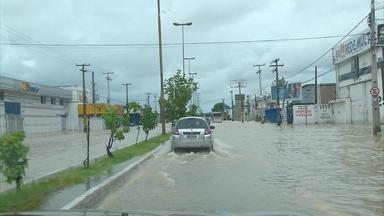 Chuvas do final de semana geraram transtornos no Grande Recife - Em 12 horas, choveu cerca de 85 milímetros na Capital, o esperado para quase uma semana.